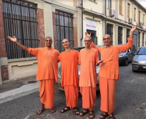 Monaci Hare Krishna per le strade di Alba, Bra e Savigliano