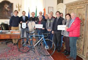 Bra: ricevuti in Municipio i pedalatori braidesi de 'La Storia in bici'