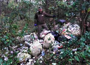 Altro che differenziata: un venaschese buttava i suoi rifiuti domestici in un'area della Tenuta di Staffarda