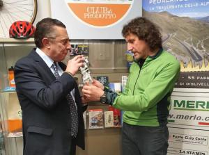 Giovanni Panzera premiato a Cuneo dopo la traversata delle Alpi in bicicletta