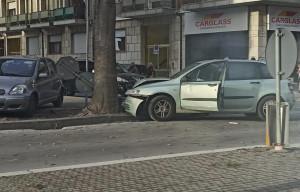 Cuneo, incidente in corso IV Novembre, auto contro un albero