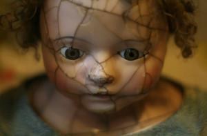 Botte e maltrattamenti a una bambina: a processo il finto 'papà' e sua sorella