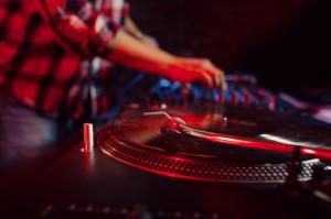 'Qual è la posizione dell'Amministrazione comunale sulla musica nei locali cittadini?'