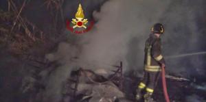 Capannone in fiamme a Monteu Roero, intervengono i Vigili del Fuoco