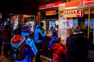 Prato Nevoso, due genovesi provano a pagare gli skipass con banconote false: ora rischiano fino a sei mesi di carcere
