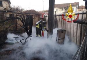 Rogo di sterpaglie vicino alla SP 29, in azione i pompieri