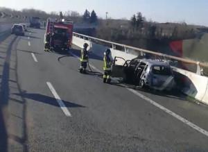 Auto in fiamme sull'autostrada Torino-Savona