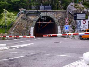 Camion di traverso a Limone Piemonte, strada e tunnel del Tenda momentaneamente chiusi