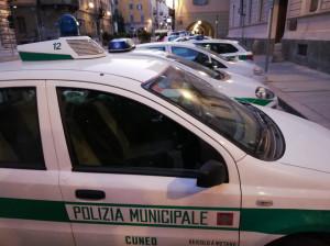 Cuneo, molesta i passanti e insulta gli agenti della Municipale: denunciato