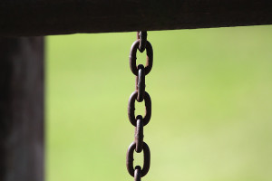 Parchi giochi chiusi: ai giardini Lanteri la catena è dal lato sbagliato e la porta si apre lo stesso (VIDEO)