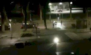 Follia a Cherasco: dopo aver imbrattato una fontana tenta di aggredire i Carabinieri con un coltello (VIDEO)