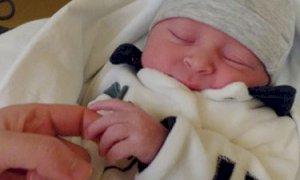 Il bimbo appena nato 'scrive' a medici e infermieri dell'ospedale Santa Croce