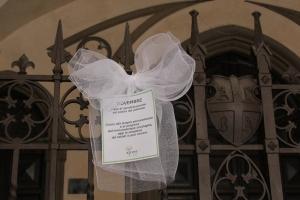 Fiocco bianco sotto i portici del Palazzo comunale