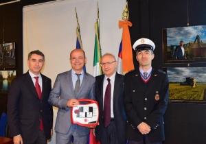 Consegnati nuovi defibrillatori a polizie locali di Cervasca, San Damiano Macra e Unione Langa e Barolo