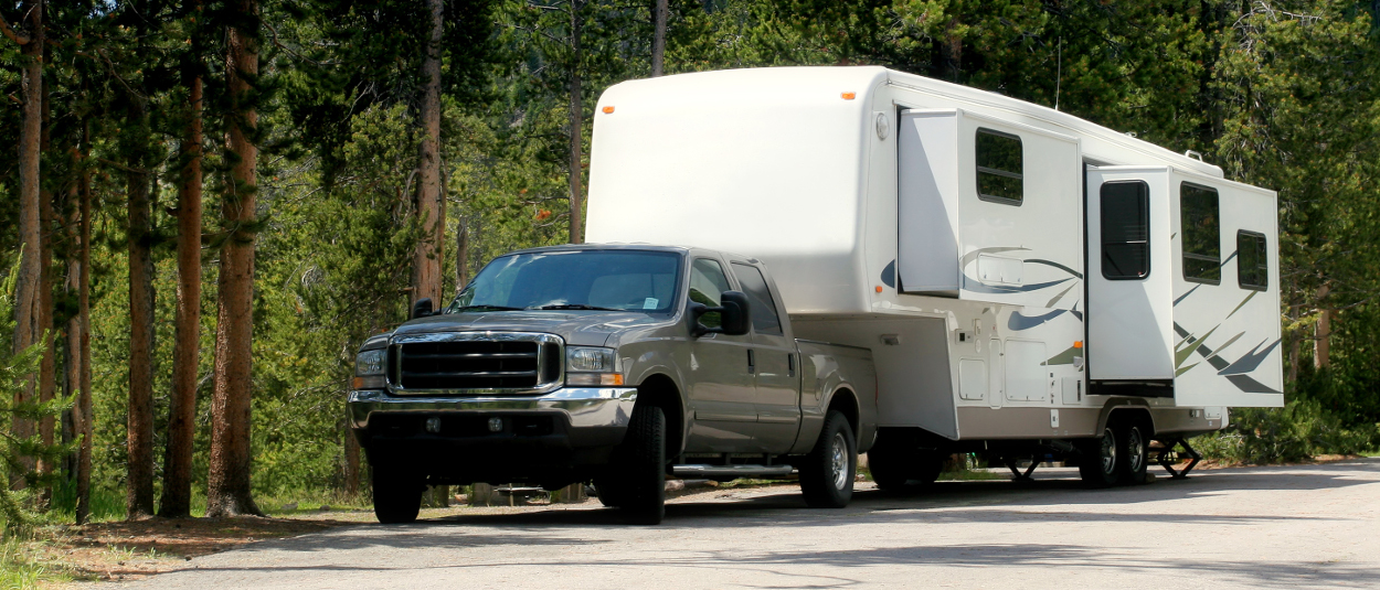 Ford truck towing 5th wheel camper with CURT 5th wheel hitch