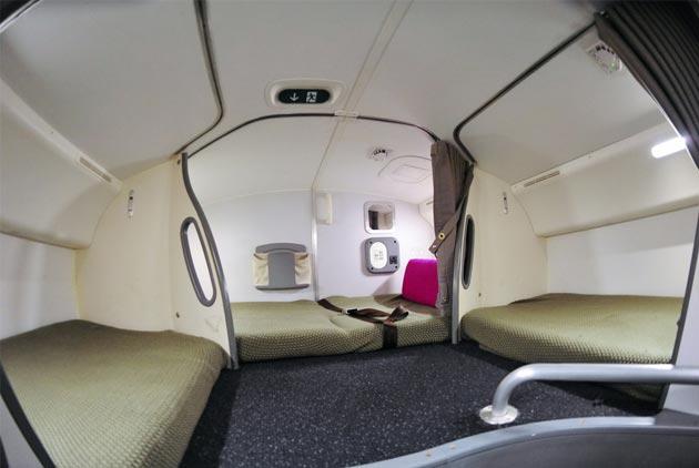 長程飛機上 空姐和機師都睡哪?