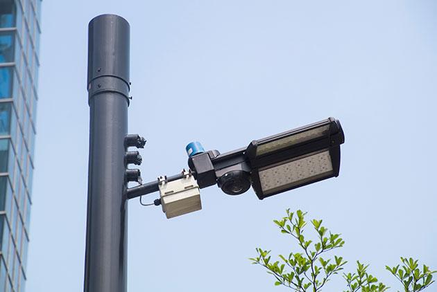 人車流辨識、自動推播廣告 智慧路燈的新商機與新隱憂