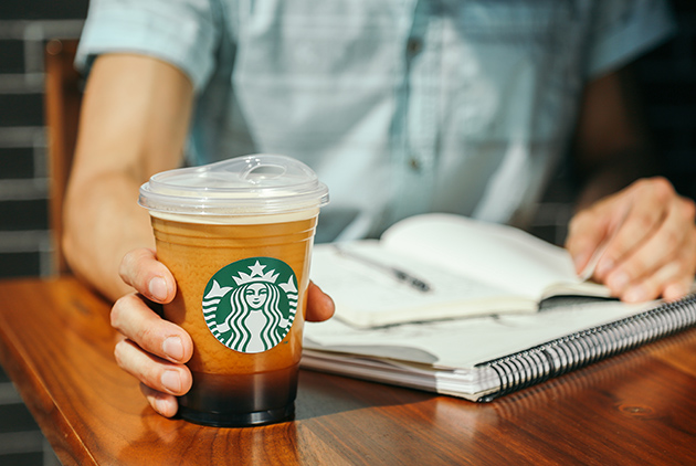 【CSR案例】2020年全球星巴克改用「寶寶杯」,終結塑膠吸管