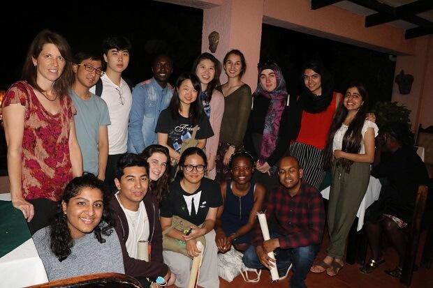 台中一中畢業、獲紐約大學阿布達比分校千萬獎學金的徐瑞伯(後排左二)和教授、同學們合照。徐瑞伯說,這所學校帶給他實踐夢想的希望種子。(徐瑞伯提供)