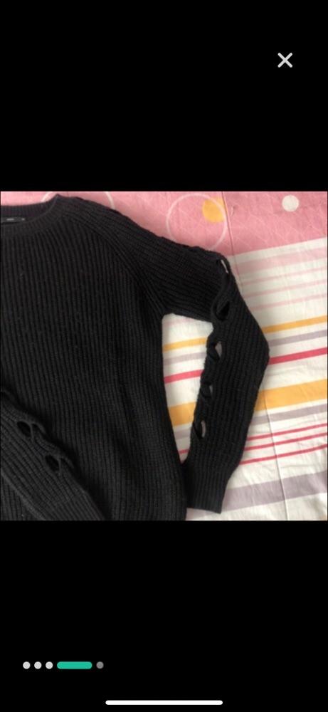 Pull en laine noir avec detail sur les manches