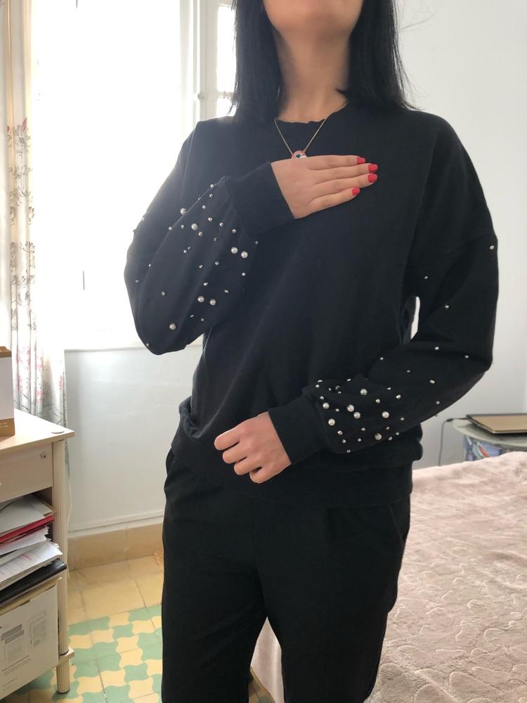 Sweat noir avec perle sur les manches