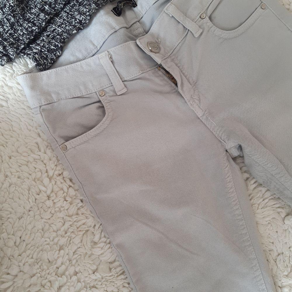 Crop top gris avec pantalon jean gris clair