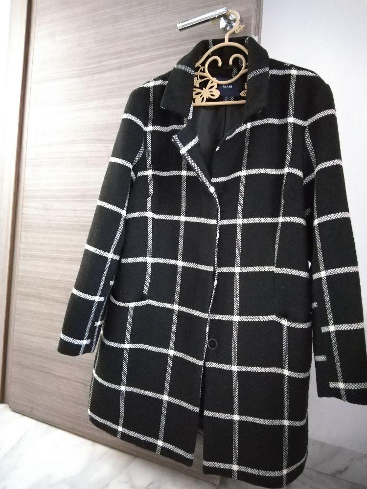 Manteau noir avec des carreaux blancs