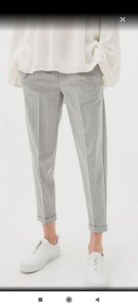 Pantalon gris clair rayé en longueur avec noeud très tendance