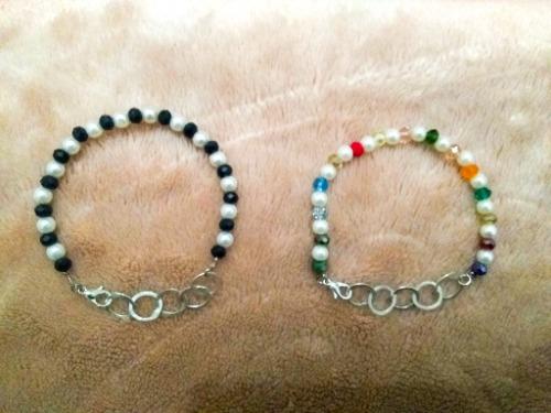 Deux bracelets (rihana, perle blanc, cristal multicolores )