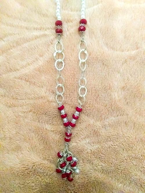 Collier tounsi (rihana, perle blanc , cristale rouge )