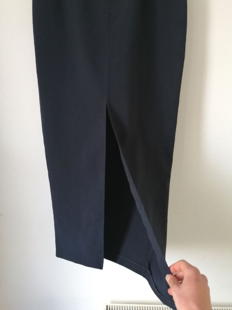 Une belle jupe crayon bleue marine avec fente devant
