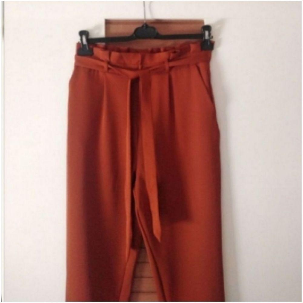Pantalon coupé carotte à taille plissée ceinturée