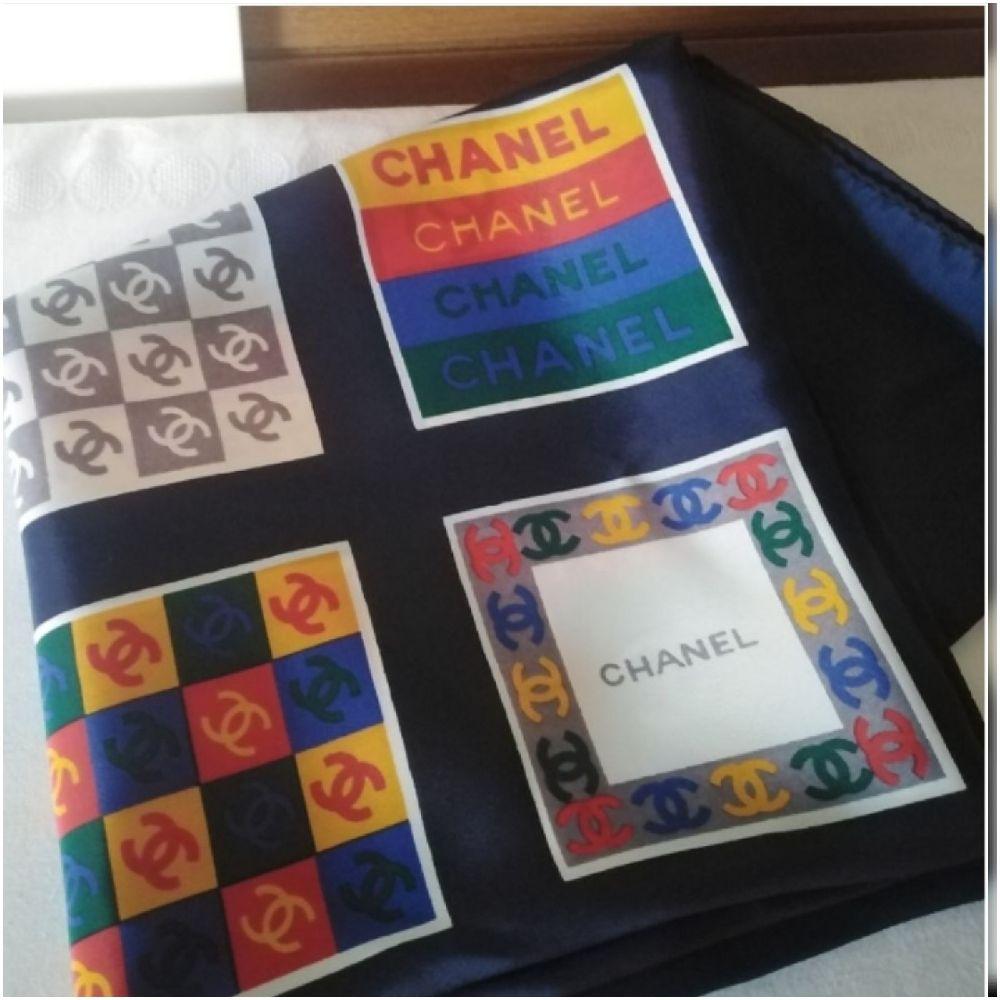 Grande Echarpe Chanel authentique en soie à logo multicolore tt neuf