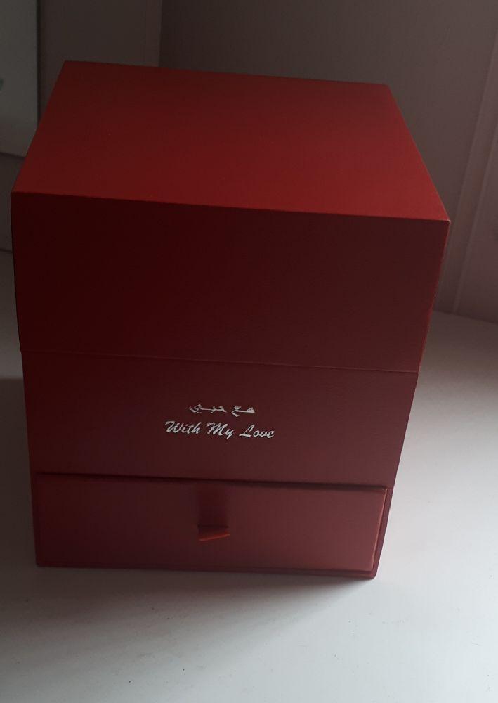 Collier en cristal , swarovski neuf , avec le gift box rouge .