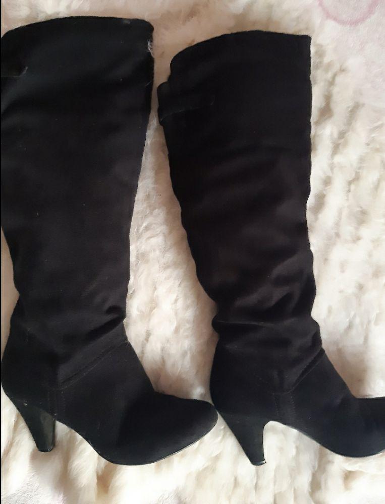 Bottes à talon en daim noir