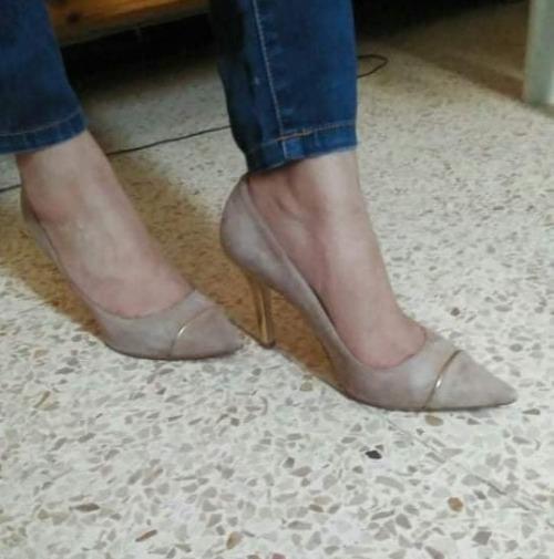 Beige gold pointed toe heels