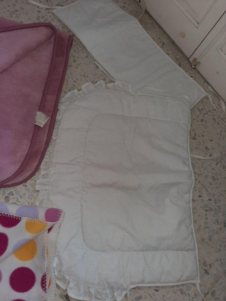 Un.lot pour nouveau né  fih un petit tour de lit une couverture et un jeter
