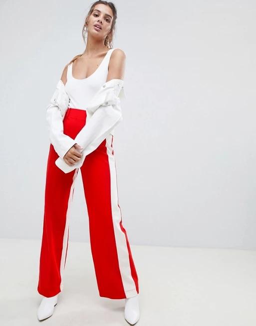 Pantalon rouge a bande blanche ouvert un peu sur le cote