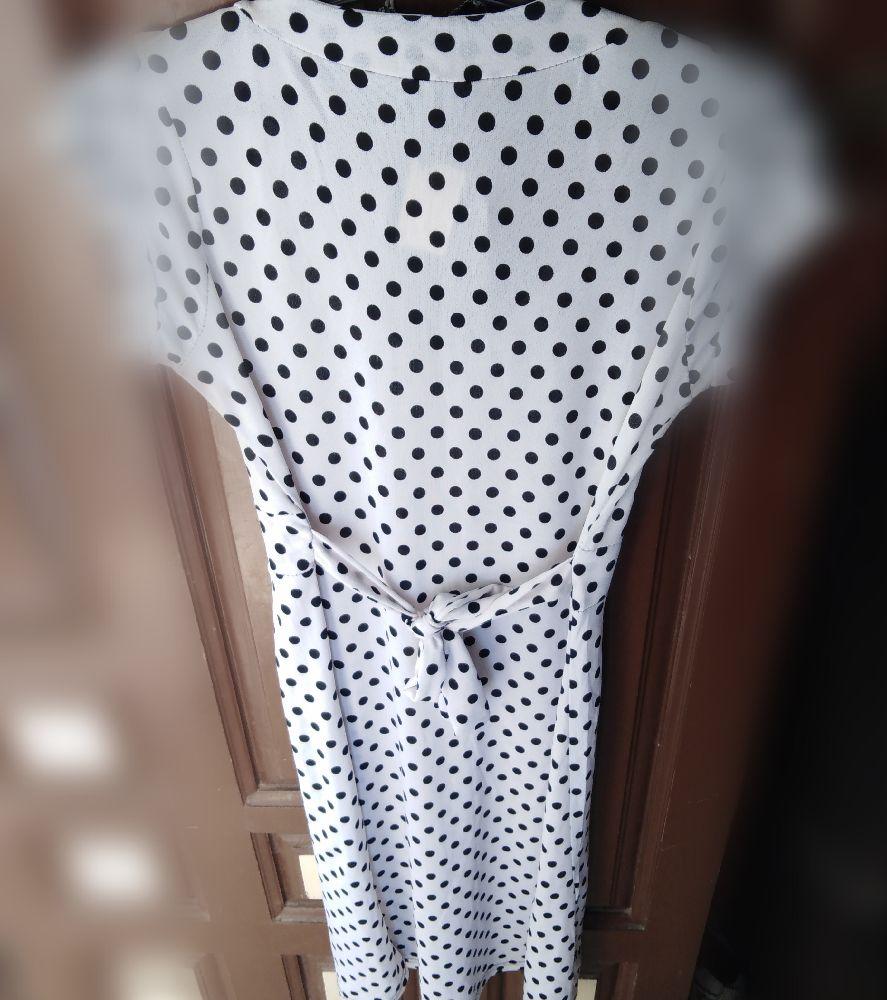 Robe blanche pointillé en noir avec ruban