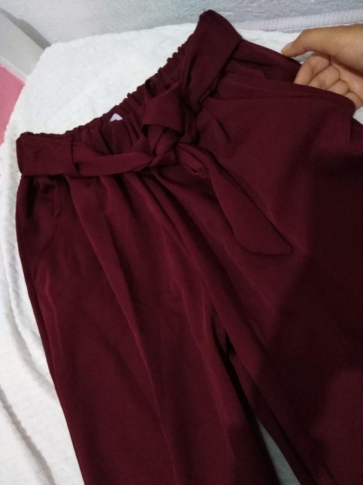 Pantalon bordeaux avec ceinture