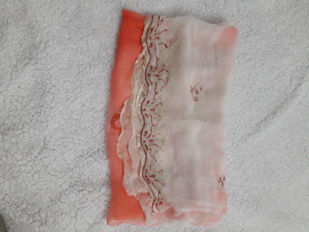 Très belle écharpe pailletée caviar  en blanc et corail