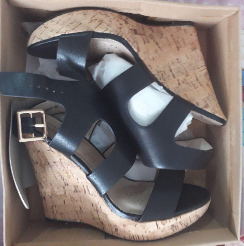 Sandales à talons compensés