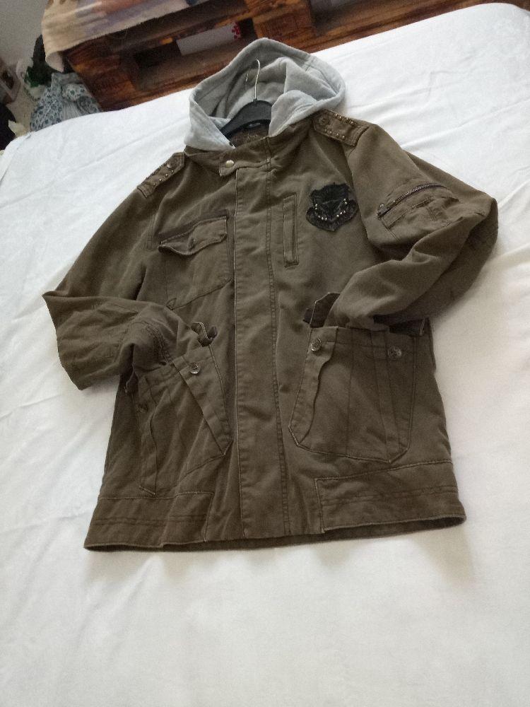 Une veste HOMME de la marque GUESS en kaki taille S même pour un M très branchée vous pouvez la portée avec ou sans capuche .. y a beaucoup de détails qui la rend très originale