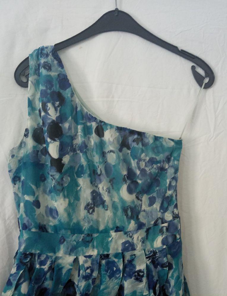 Une Belle robe cocktail fleurie très classe de la marque Lauren Conrad taille S/M portée une seule fois fi soirée