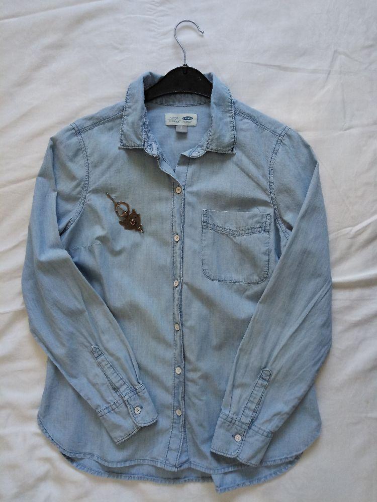 Une Chemise jean over size  tji pour la taille 38très stylée taille S de la marque old navy bon état  P.S fama une toute petite tafti9a ya une photo