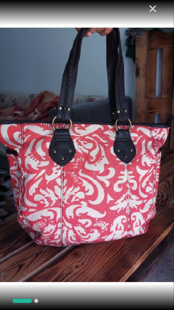 Un beau sac à main Estee lauder tout neuf sans aucun défauts assez grand avec deux poches à l'extérieur et les deux bandoulières en cuir