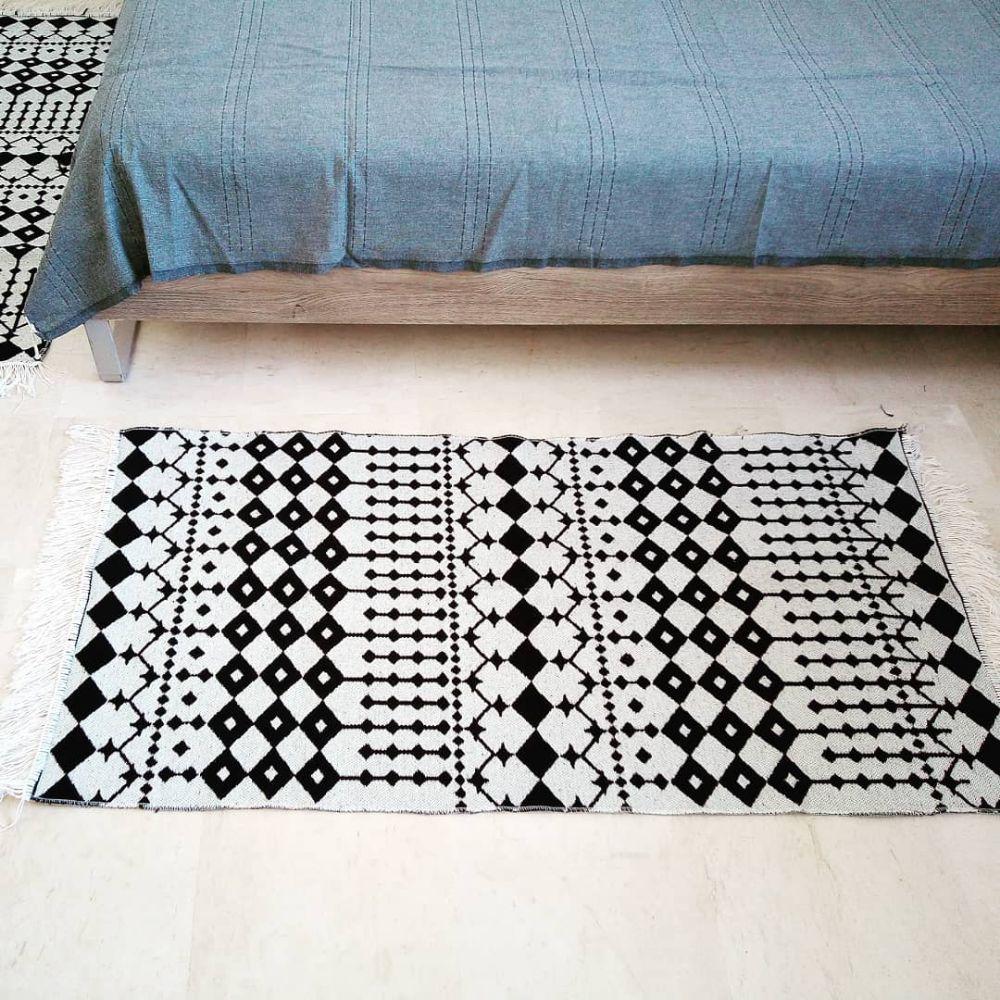 Descentes de lit décorées par de jolis motifs inspirés du fer forgé. Elles sont très jolis sur les deux faces. Elles peuvent être utilisées comme descentes de lit, dans la salle de bain, à l'accueil,... Ou dans la déco. Produit local.