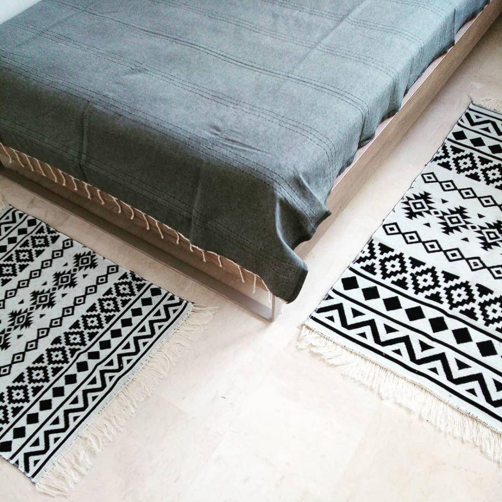 Pour les amoureux du noir et blanc, une série de 3 descentes de lit décorés par de jolis motifs. La centrale, de dimensions 1m35 par 0m65. Les deux autres de dimensions 0m85 par 0m65. Elles sont très jolies sur les deux faces.  Produit local