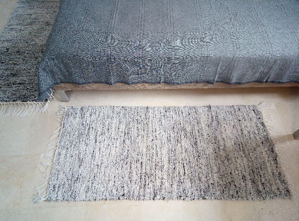 Nouveau: Petit tapis à utiliser en fonction de votre espace et votre besoin pour la chambre à coucher, à l'entrée, dans un couloir, pour la décoration... De dimensions 1m35 par 0m65. Produit local de qualité supérieure