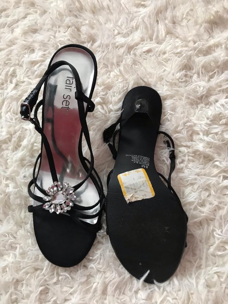 Sandales en satin presque neuves (pointure 8 us/39 eu)